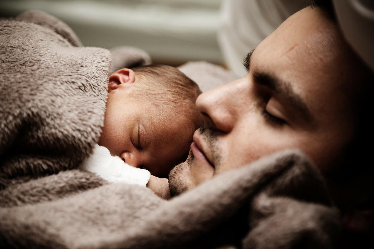 bébé et papa qui dorment